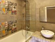 Стеклянная шторка на ванну с закругленным углом