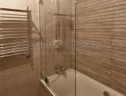 Распашная шторка на ванну из осветленного стекла